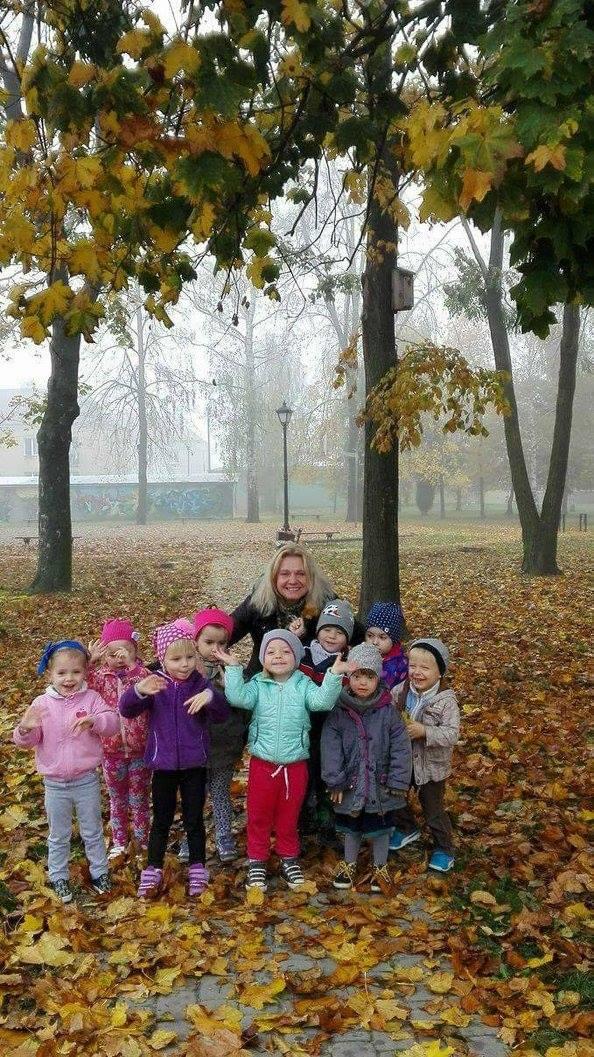 Październikowe spacery i zabawy Krasnoludków 1 w parku w Skopaniu