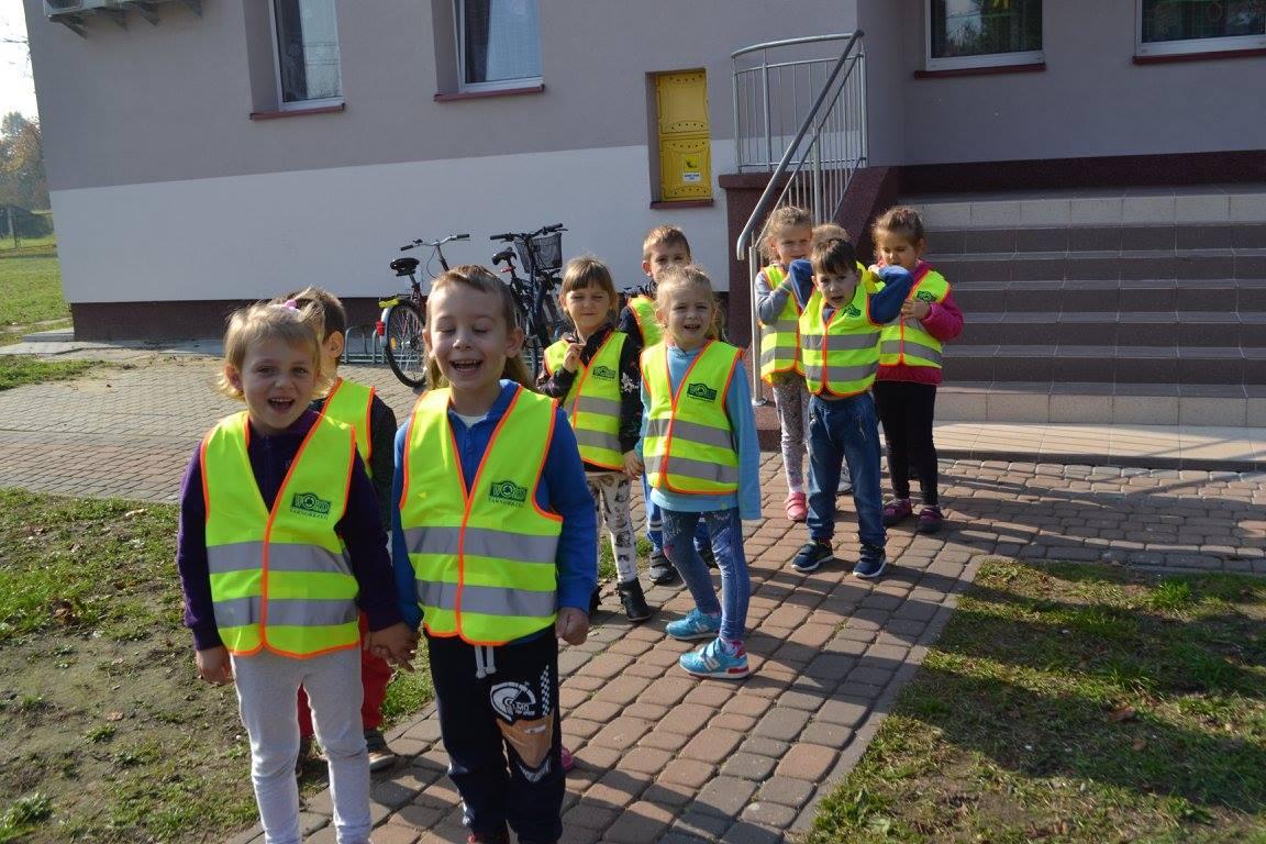 Bezpieczne Przedszkolaki na spacerze i w parku.