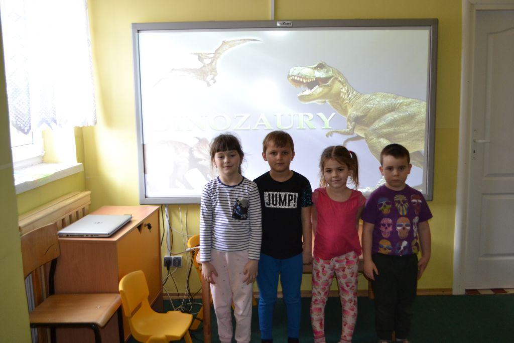 """Prezentacja multimedialna """"Dinozaury"""" u Krasnoludków."""